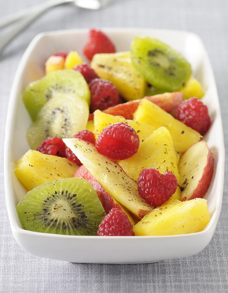 Salade de fruits citronnelle et pistaches pour 6 personnes recettes elle table - Coupe de salade de fruits ...