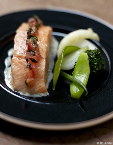 saumon frais au gros sel pour 4 personnes recettes elle table. Black Bedroom Furniture Sets. Home Design Ideas