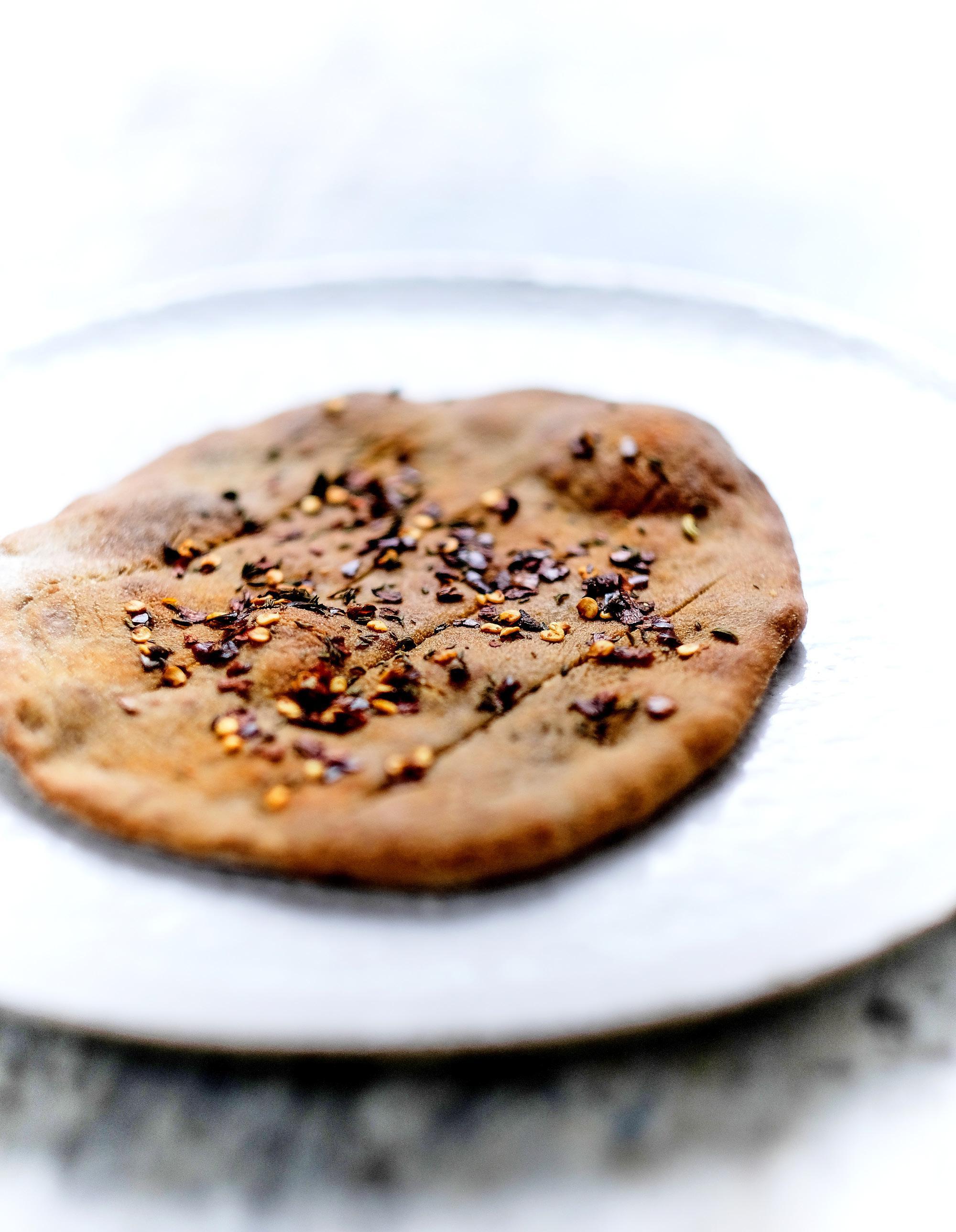pain plat au sarrasin et au piment pour 4 personnes recettes elle table. Black Bedroom Furniture Sets. Home Design Ideas
