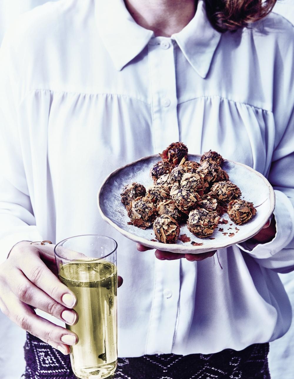truffes croustillantes chocolat noir et cr pes dentelle pour 10 personnes recettes elle. Black Bedroom Furniture Sets. Home Design Ideas