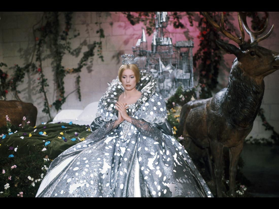 la robe couleur de lune les plus beaux costumes des films de jacques demy elle. Black Bedroom Furniture Sets. Home Design Ideas