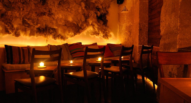 un bar cosy dans le quartier du marais paris bars cosy paris une s lection d adresses o. Black Bedroom Furniture Sets. Home Design Ideas