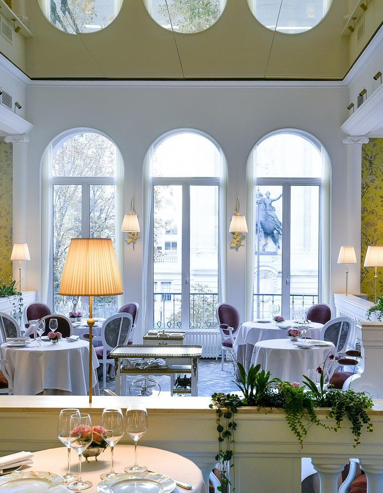 Voici pourquoi il faut pousser la porte du restaurant lasserre elle - Restaurant les portes paris ...