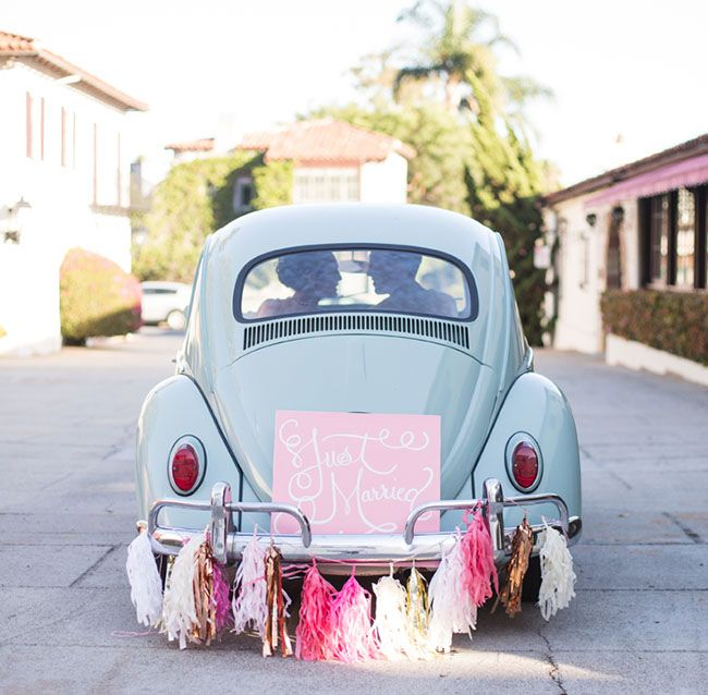 d coration voiture mariage original 10 jolies fa ons de d corer sa voiture de mariage elle. Black Bedroom Furniture Sets. Home Design Ideas