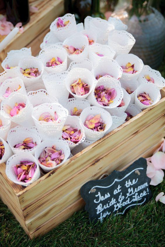 p tales de roses confettis des p tales de roses pour un. Black Bedroom Furniture Sets. Home Design Ideas