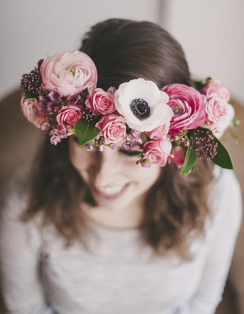 des fleurs roses dans les cheveux pour un mariage des fleurs dans les cheveux pour un mariage. Black Bedroom Furniture Sets. Home Design Ideas