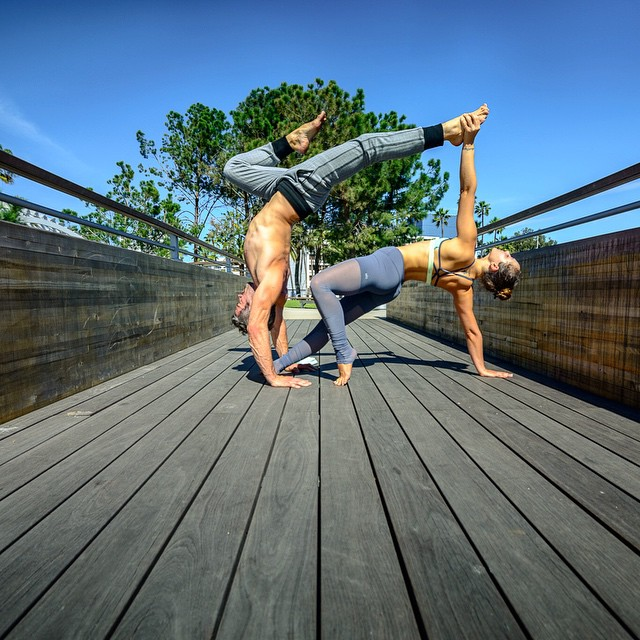 exercice de yoga deux yoga en couple les plus jolies photos rep r es sur instagram elle. Black Bedroom Furniture Sets. Home Design Ideas