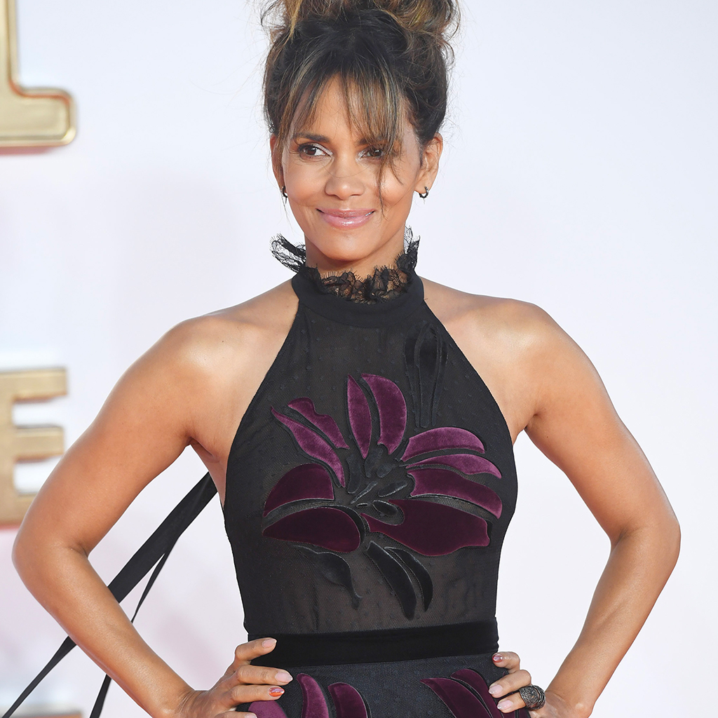 en robe transparente halle berry d voile son fessier elle. Black Bedroom Furniture Sets. Home Design Ideas