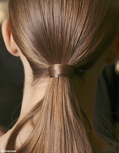 astuce pour chic nouer cheveux 50 astuces pour tre chic en 1 minute elle. Black Bedroom Furniture Sets. Home Design Ideas