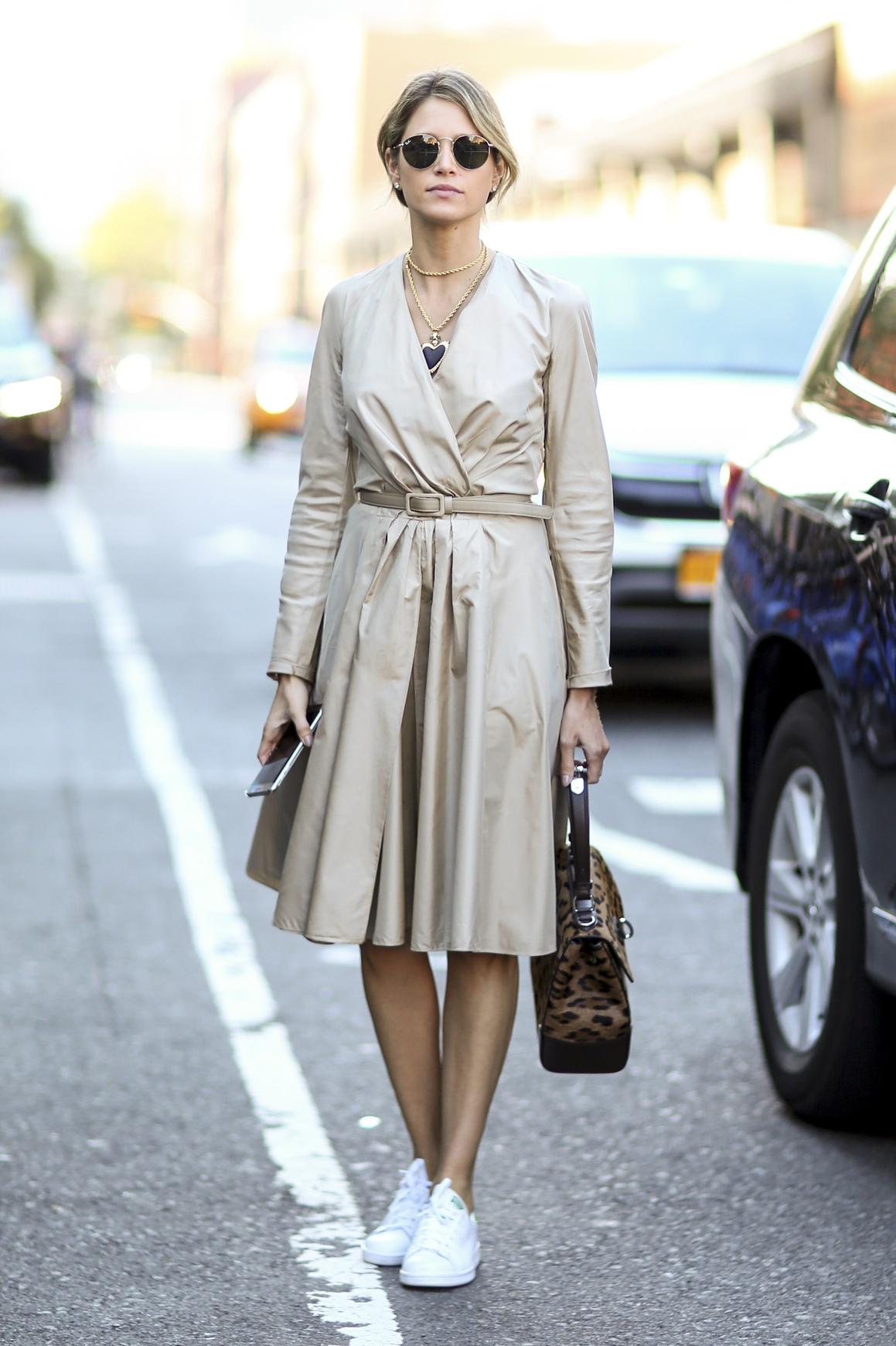 look e en baskets avec une robe ceintur e street style look es en baskets elle. Black Bedroom Furniture Sets. Home Design Ideas