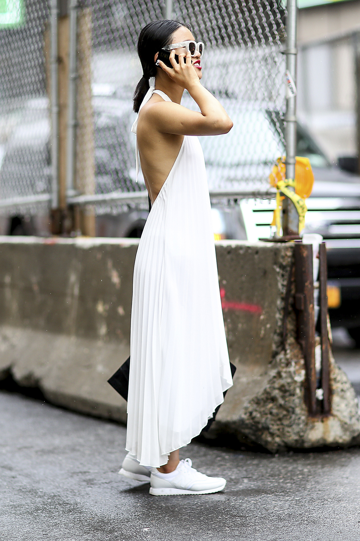 look e en baskets avec une robe dos nu street style look es en baskets elle. Black Bedroom Furniture Sets. Home Design Ideas