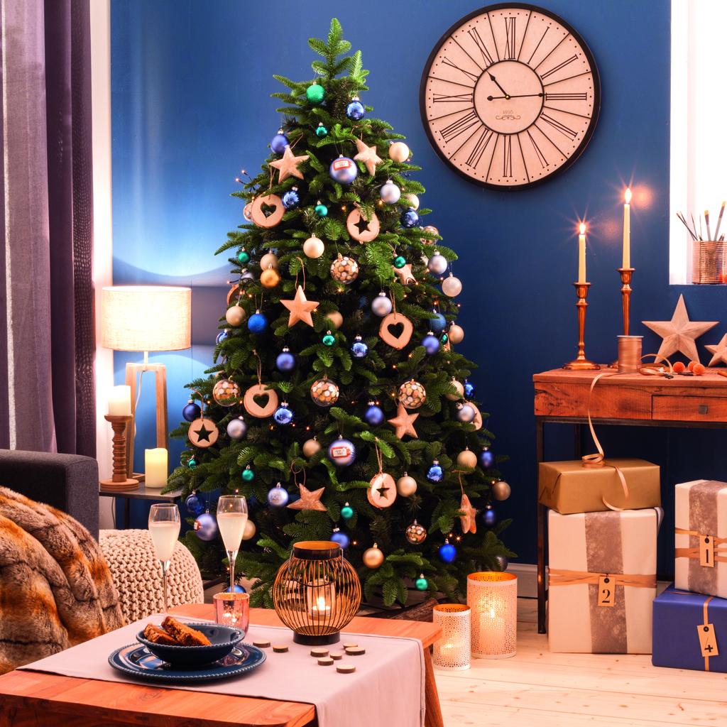 sapin aux touches de bleu les 40 sapins de no l qu on copie elle. Black Bedroom Furniture Sets. Home Design Ideas