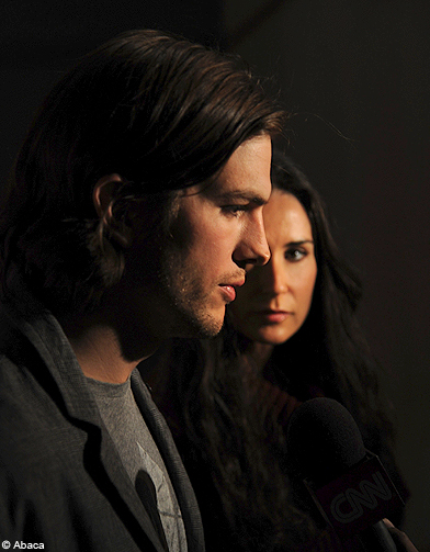 ashton kutcher et demi moore divorcent ashton kutcher sa nouvelle vie sans demi moore elle. Black Bedroom Furniture Sets. Home Design Ideas