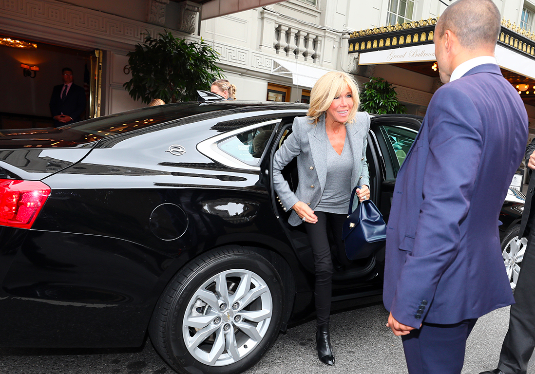 sortie de voiture brigitte macron la premi re dame impose son style new york elle. Black Bedroom Furniture Sets. Home Design Ideas