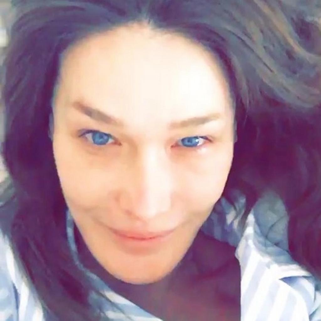 Carla Bruni se dévoile sans maquillage au réveil dans son ...