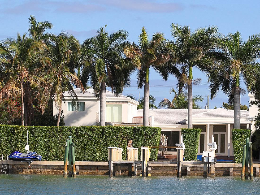 une maison au bord de l 39 eau maisons de stars qui habite ici elle. Black Bedroom Furniture Sets. Home Design Ideas