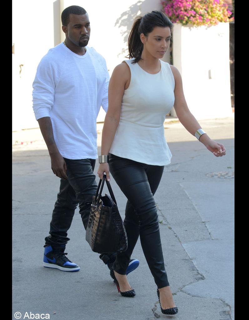 Haut En noir et blanc, et pantalon en cuir, ils ont le même look - Kim  WK29