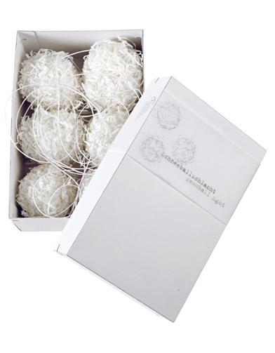 boules de papier blanc recycle d co de sapin esprit grand froid elle. Black Bedroom Furniture Sets. Home Design Ideas