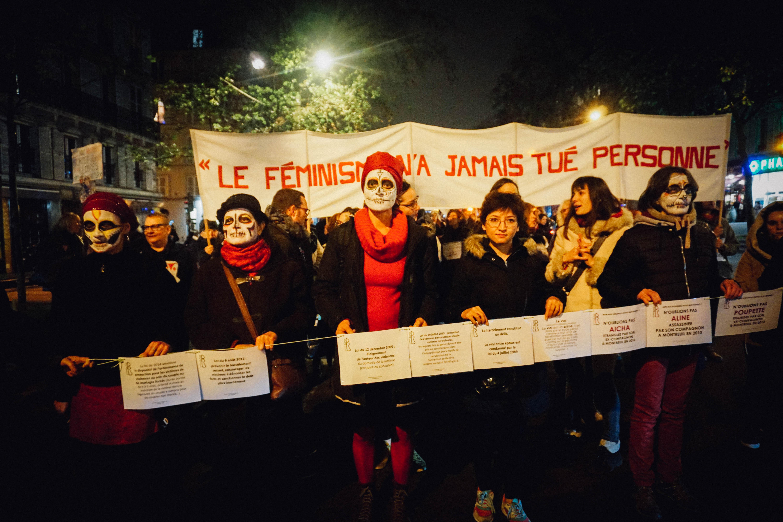 h l ne entour e d 39 autres manifestantes violences faites aux femmes le rassemblement parisien. Black Bedroom Furniture Sets. Home Design Ideas